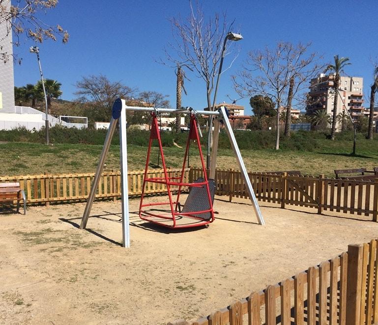 El Ayuntamiento de Sitges Inaugura parques infantiles inclusivos con un Columpio adaptado para silla de ruedas de Urbadep.