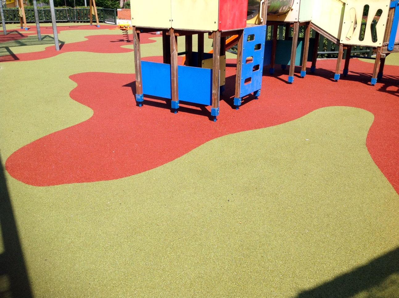 El Ayuntamiento de Alcobendas ha adjudicado a Urbadep Equipamiento la instalación de pavimento de caucho continuo en varios parques infantiles del municipio