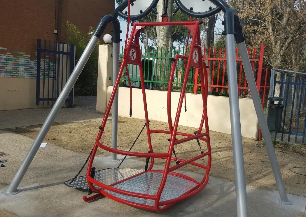 Columpios Adaptados. El Ayuntamiento de La Carlota cuenta con el primer columpio adaptado en el parque infantil de la «plaza del ambulatorio»