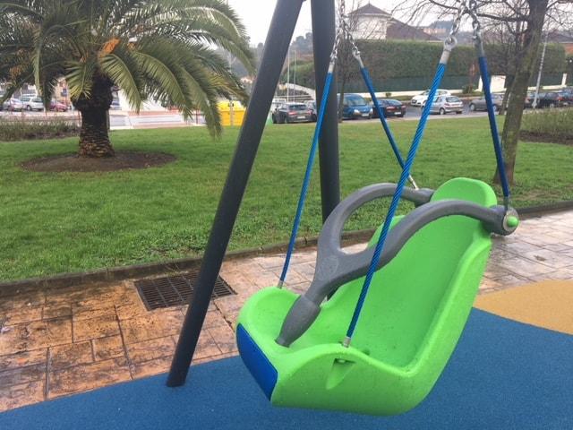 Asientos adaptados para columpios en parques infantiles accesibles