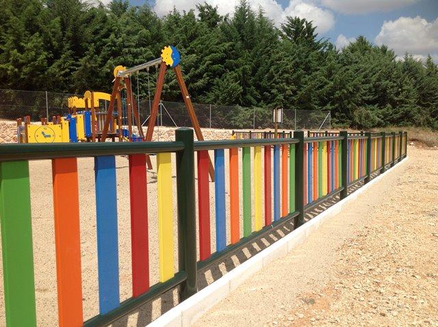 Vallas metálicas de colores para parques infantiles